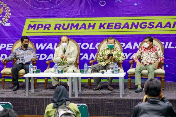 Sejumlah narasumber dalam diskusi wacana amendemen konstitusi kelima di Kompleks Parlemen Jakarta, Senin (6/9/2021). Foto: RFQ