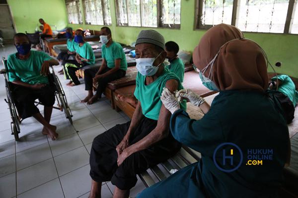 180 Warga Binaan Sosial Terima Vaksin Covid-19 5.jpg