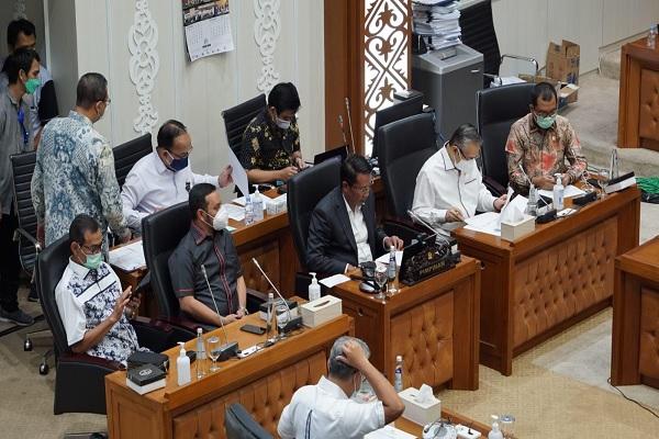 Ketua Baleg DPR Supratman Andi Agtas (tengah) bersama pimpinan Baleg lain dalam rapat kerja dengan pemerintah dan DPD terkait Evaluasi Pelaksanaan Prolegnas Prioritas 2021 di Komplek Gedung Parlemen, Rabu (15/9/2021). Foto: Istimewa