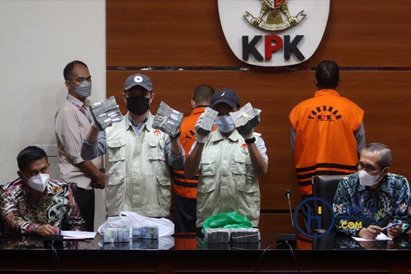 Penyidik Komisi Pemberantasan Korupsi (KPK) menunjukan barang bukti uang sebanyak Rp345 juta dari hasil Operasi Tangkap Tangan (OTT) di Kalimantan Selatan. Foto: RES