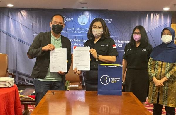 Indonesian Feminist Lawyers Club (IFLC) yang diwakili Ketua Umum Nur Setia Alam Prawiranegara menjalin kerjasama Premium Stories dengan Hukumonline yang diwakili Pimpinan Redaksi Fathan Qorib. Foto AID