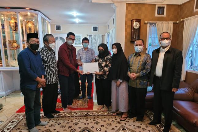 Kunjungan DPN Peradi ke rumah Ketua Komwas Peradi, Alm. Binsar Sitompul di Kompleks Antapani Bandung pada Kamis (16/9). Peradi juga menyampaikan Santunan Tali Kasih sebagai wujud perhatian dan dukacita organisasi. Foto: istimewa.