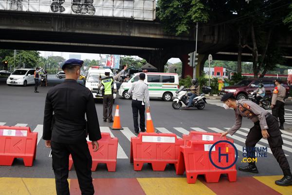 Penyekatan jalan saat Pemberlakuan PPKM di DKI Jakarta. Foto: RES