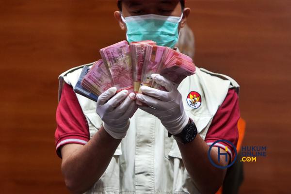 KPK mengamankan uang senilai Rp225 juta yang diduga suap untuk membantu pencairan dana hibah BNPB berupa dana Rehabilitasi dan Rekonstruksi (RR) serta Dana Siap Pakai (DSP), di Kabupaten Kolaka Timur. Foto: