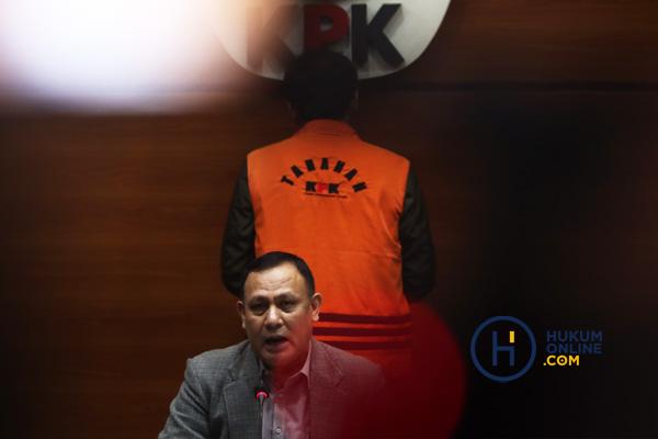 Ketua KPK Firli Bahuri saat mengumumkan penetapan status tersangka Azis Syamsuddin di Gedung KPK, Sabtu (25/6/2021) dini hari.