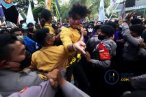 Demo Tolak Pemecatan Pegawai KPK Diwarnai Aksi Dorong Mahasiswa-Aparat