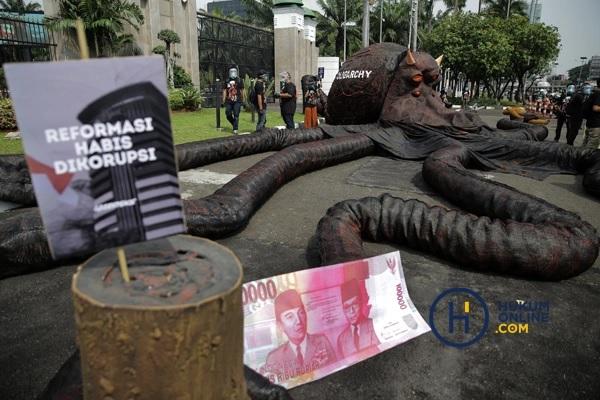 Aktivis Greenpeace menggelar aksi peringatan setahun pengesahan UU Cipta Kerja di depan Gedung DPR RI, Jakarta, Selasa (5/10/2021). Foto: RES