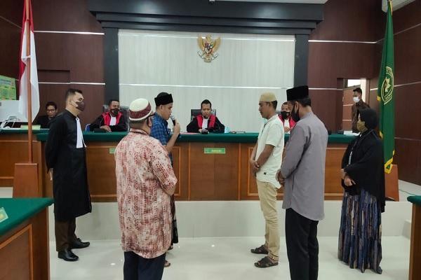 Suasana sidang saat Majelis Hakim PN Suka Makmue menerapkan keadilan restoratif melalui upacara adat Pesijeuk. Foto: Istimewa
